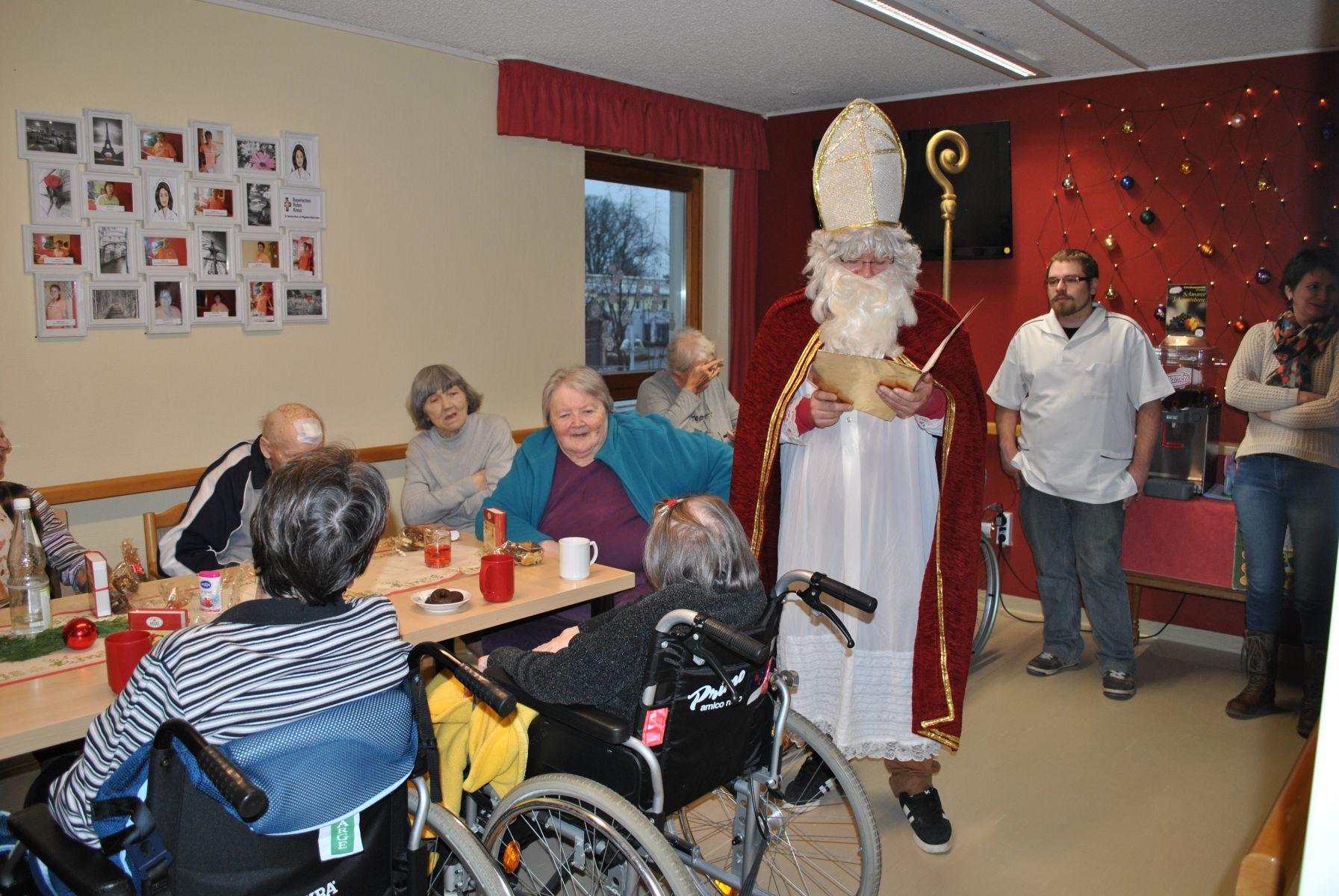 Der Nikolaus Besucht Das BRK- Seniorenheim